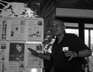 Dex (Wolfgang Züfle) erläutert die Ausstellung - Foto: Ingo Nordhofen
