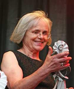 Barbara Boock-Zoche mit Ehren-Ruth auf dem TFF-Festival 2014 in Rudolstadt - Foto: Ingo Nordhofen
