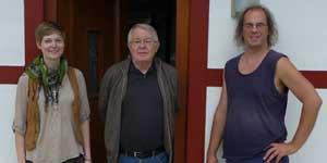 Joachim Michael (Mike) (Mitte) mit den ersten beiden Waldeck-Stipendiaten Masha Potempa und Holger Saarmann am 27. 08. 2013 auf Burg Waldeck vor dem Mohrihaus, (Foto: Martin Wimberg)
