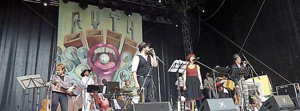 Jan Tengeler (hinten am Bass), Daniel Kahn, Monika Drasch und David Saam (Sänger vorn) am 06.07.2014 beim Peter-Rohland-Konzert auf der großen Bühne der Heidecksburg in Rudolstadt